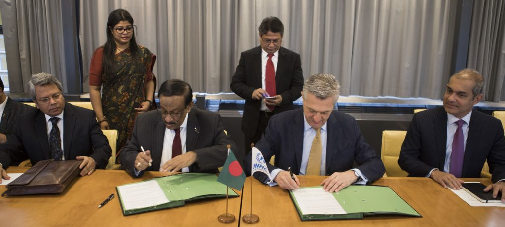 UNHCR/Susan Hopper UN High Commissioner for Human Rights Filippo Grandi (centre right) and Bangladesh Foreign Secretary Mohammad Shahidul Haque (centre left) sign a MoU relating to voluntary returns of Rohingya refugees.